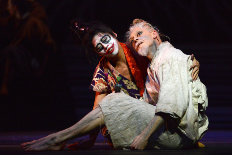 <p><em>The Prince of the Pagodas:</em> Rory Mackay as The Emperor and Tzu-Chao Chou as the Court Fool</p>. Credit: Roy Smiljanic.