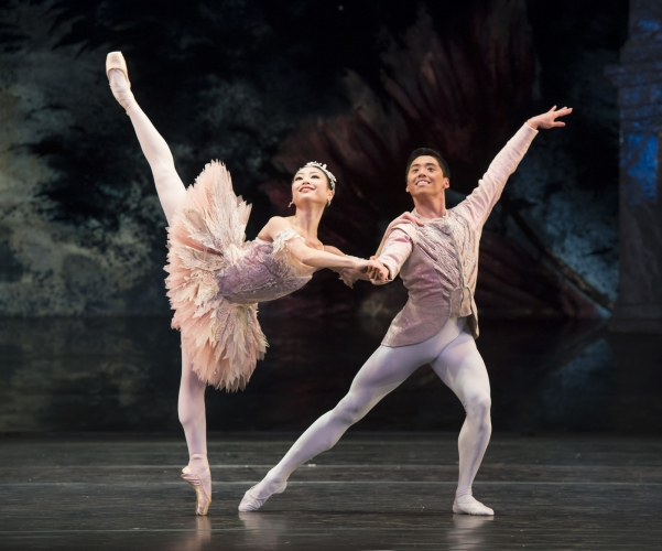 <p><em>The Nutcracker: </em>Momoko Hirata as the Sugar Plum Fairy and Tzu-Chao Chou as the Prince</p>. Credit: Bill Cooper.