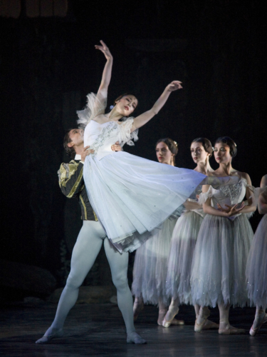 <p><em>Giselle: </em>Nao Sakuma as Giselle and Matthew Lawrence as Albrecht</p>. Credit: Bill Cooper.