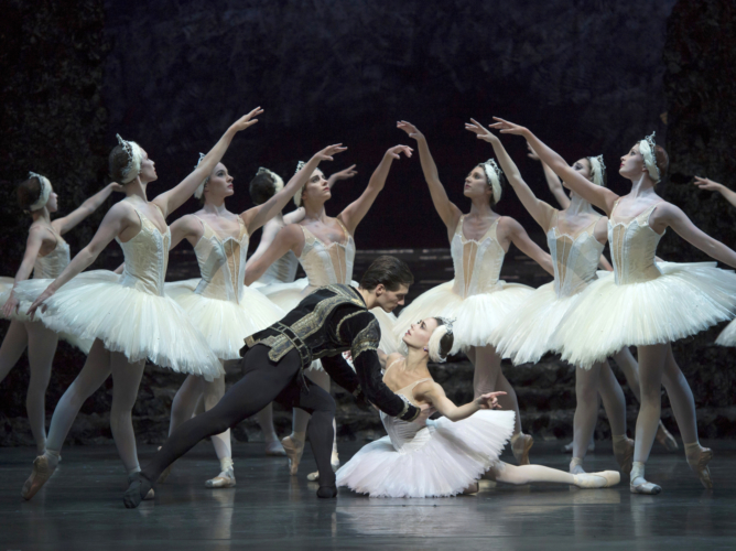 <p><em>Swan Lake: </em>Natasha Oughtred as Odette and Jamie Bond as Prince Siegfried with Artists of Birmingham Royal Ballet</p>. Credit: Bill Cooper.