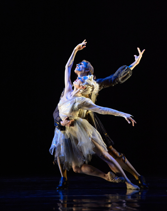 The-King-Dances-William-Bracewell-as-Le-Roi-and-Yijing-Zhang-as-Selene-la-Lune-photo-Bill-Cooper